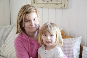 Mamma Janica med dottern Thea.