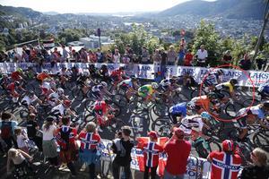 Emilia Fahlin (i röda ringen) långt fram i huvudklungan under lördagens linjelopp i cykel-VM.
