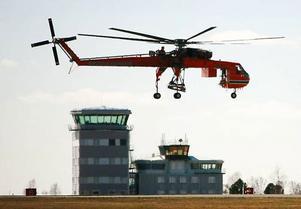 Som en trollslända kom den in för landning på Frösön, jättehelikoptern som är Europas största. Helikoptern ska lyfta 9 ton tunga stolpar vid bygget av nya kraftledningen mellan Järpströmmen och Nea i Norge. SIDorna 18–19