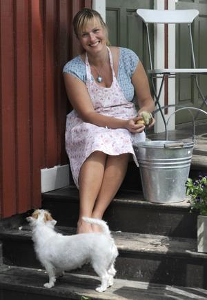 Mia Gahne skrubbar nypotatisen på trappan.