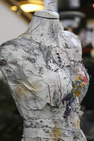 Ulrika O från Ängelholm ställer ut med ett konstverk i form av en skyltdocka.