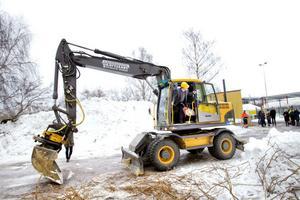 Klas Forsström, vd för Coromant tog det första spadtaget under måndagen. Han gjorde det på Sandviks vis – med grävmaskin.