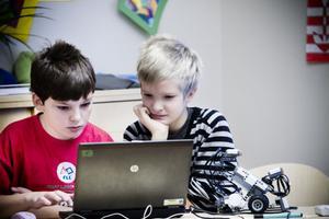 Jon Lindgren och Alfons Nyberg programmerar Cyberrobot 300.