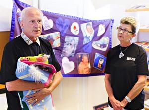 Sören Sanz är ordförande i riksorganisationen för anhöriga till våldsdödade. Både han och Ewa-Britt Gabrielsen har personlig erfarenhet av våldets verkningar. Nu använder de handgjorda flaggor för att väcka eftertanke.