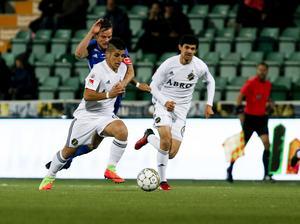 GIF Sundsvalls Eric Larsson i duell med AIK:s Nicolas Stefanelli.