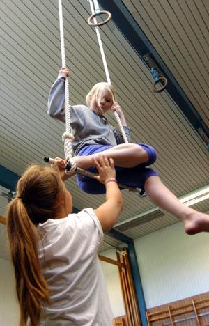 Pirrigt. Det känns högt tycker Alva Johansson som går på cirkusskolan arrangerad av ABF i Hällefors.