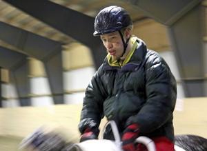 Väl på hästryggen sker förvandlingen till en helt lugn och koncentrerad kille.