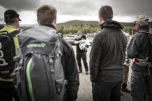 Erik Gardfall, chef för STF:s fjällstugor i Jämtland, hälsar välkommen på parkeringsplatsen i Vålådalen. Och delar ut gardiner till vandrarna som ska bäras med upp till nya Stensdalsstugan.