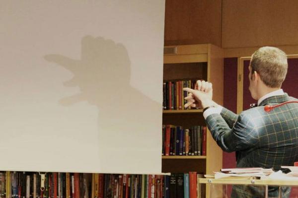 Gubbe med keps, en av många figurer som skuggades fram i biblioteket i Sveg.