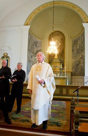 Kyrkoherde Jan Bolldén höll gudstjänst på latin, medeltidsdagen till ära, när han återinvigde Skogs kyrka.