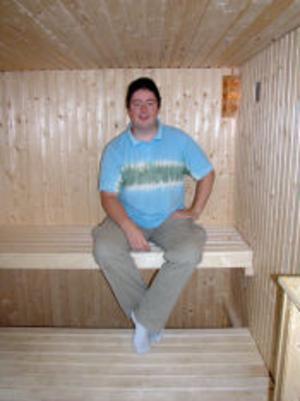 Mikael har byggt bastun så att den också kan användas som tillfällig gäststuga. Då flyttar han ned övre laven till samma nivå som den undre.