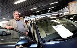Kjell Rapp tittar på en företagsbil på Rolf Ericson Bil i Falun. Han skulle inte våga köpa privat i dagsläget, säger han.FOTO BONS NISSE ANDERSSON