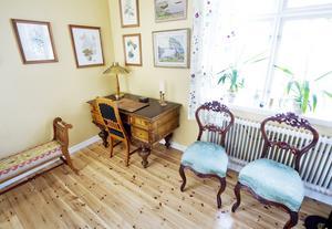 Vid detta skrivbord har författaren Irja Browallius skapat sina texter om öden i den närkingska bondemiljön.