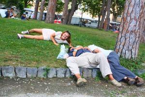 När jag var på språkresa förra månaden bestämde jag och mina kompisar oss för att busa lite med folk som låg sov i en park.