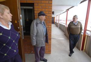 Gunilla Edvardsson, Rolf Rohlin och Leif Eklund i ett kort möte ute på loftgången.