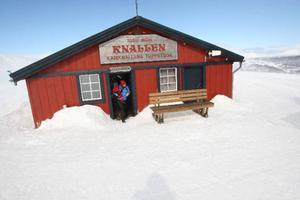 Våffelstugan på Kariknallarna lockar många besökare under vintern trots att vädrets makter då och då kan sätta käppar i hjulet.