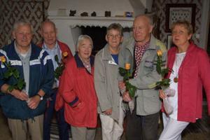 Hyllade för hembygdsinsatser. Från vänster Gunnar  Bydell, Gunnar Jonsson med frun Klara, Bod-Olle Eriksson med frun Sigrid samt hembygdsföreningens Barbro Norlin.