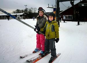 Syskonen Matilda och Emil Felländer trivdes i skidbacken.