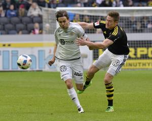 Kristinn Steindórsson i närkamp med AIK:s Haukur Hauksson i den allsvenska premiären.