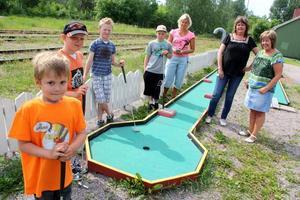Varför får vi inte spela minigolf i Norrsundet? Minigolfbanan vid kiosken är favoritplatsen på sommaren. Det tycker Linus Engblom, Joakim Wigren, Emil Jakobsson och Daniel Wigren. Tova Ljunggren, Elisabet Meüer och Annelie Holmgren förstår dem.