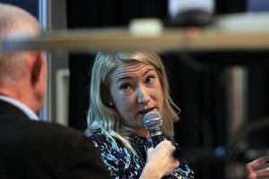 """Elin Olofsson var flitig under bokmässan i Göteborg i helgen med flera framträdanden där hon berättade om sin nya roman """"Till flickorna i sjön""""."""