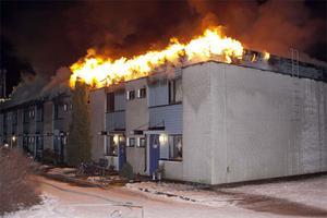 Branden bröt ut vid halv tre-tiden och spred sig snabbt upp på taket på radhuslängan.