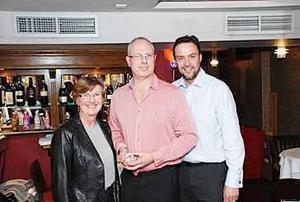 I mitten står en nöjd Thomas Brink som flankeras av Eileen Skinner och Chris Mc Dermott.