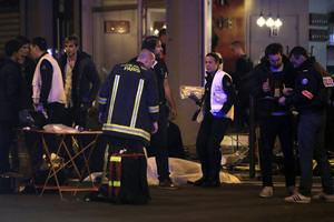 Polis och offer utanför en restaurang i Paris som drabbats av terrorn.