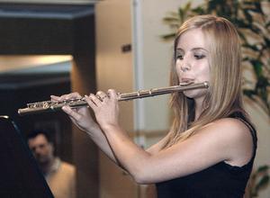 Sara Engman fick i flera nummer under vårkonserten visa hur duktig hon är att spela tvärflöjt.