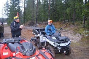 Deltidsman Gunnar Bohlin till höger får tekniska tips av branschkunnige Hans Olsson.