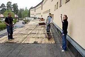 Foto: LASSE HALVARSSONKlart 2003. Ombyggnaden av Stigslunds högstadium är redan påbörjad när Jeff Nylén och Johanna Lindblom fick chansen att symboliskt börja riva.