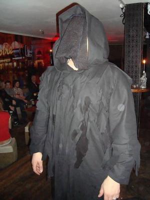 Anders Gustavsson, 30 år, mekaniker, Gävle:Hur mycket arbete och pengar har du lagt ner på din outfit?– Det tog två hela kväller och det var syrran som sydde dräkten. Dräkten är gjord på tio meter tyg!Har du sett ett spöke?– Ja, alla har någon gång i sitt liv sett ett spöke.