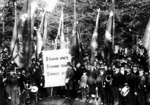 År 1890 demonstrerar arbetarna för första gången på 1 maj. Kravet är åtta timmars arbetsdag. Det skulle ta 30 år innan arbetarna fick igenom sitt krav. Det är på tiden att åter lyfta frågan om arbetstiden, menar ledarsidans skribent. (Bilden är tagen vid demonstrationen 1890 i Sundsvall.)