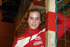 Stannar. Emma Seger har bestämt sig för att spela ytterligare en säsong i Avesta Brovallen.