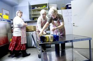 Nytt samarbete. Ulla Andersson, Anne-Marie Tapper och Gudrun Sjölund föreberder vagnen med kaffekoppar. Snart kikar de första gästerna in.