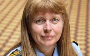 Polischefen Lena Tysk är åtalad för ofredande. Hon får behålla jobbet, även om hon fälls för brott.