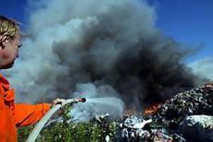 Foto: GUN WIGH Sopor upp i rök. På Forsbackatippen arbetade personalen fortfarande i går kväll med eftersläckningsarbetet.