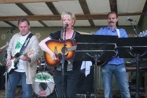 Sista junikvällen startar årets allsångserie med Lisa Lampert och hennes medmusikanter. Bilden från sommaren 2010.