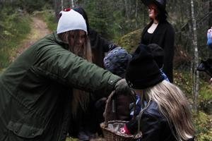 Ilona Kroon Olsson spelade trollet i skogen och bjöd barnen på godis längs vägen.