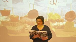Karin Rensberg Ripa läste ett stycke på sydsamiska ur den sydsamiska utgåvan av Queering Sapmi-boken.
