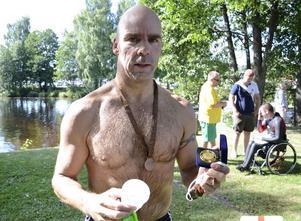 Många simtag har det blivit för Per Stenquist från Nora som simmat Lindesimmet 25 gånger. För det fick han en medalj.