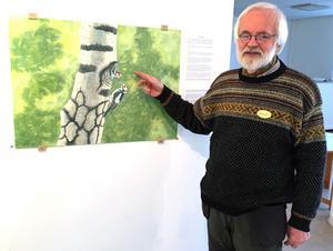 Gunnar Forsman berättar om hackspetten vid sin målning