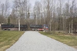 Tunga lastbilar har under närmare två veckor fraktat tonvis med sopor till berget.