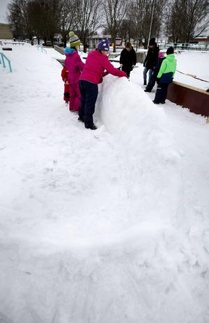 Skulptering i snö pågår i sportparken.