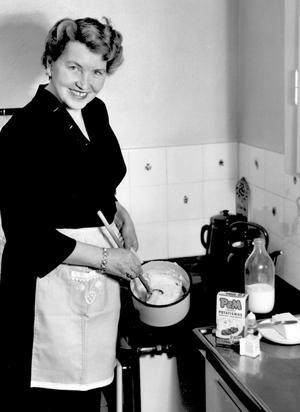 KD-ideal. En hemmafru vid spisen rör i kastrullen på 1950-talet. Det var innan den svenska barnomsorgen byggdes ut. En reform som blev en jämställdhetsrevolution och samtidigt gjorde nationen Sverige rikt.