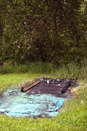Brand. Bara aska och smält plast finns kvar efter att någon bränt ner en Bajamaja när båthamnen.