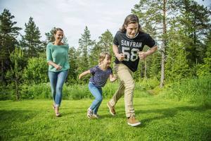 Mamma Emma, Juno och pappa Petter tävlar och det blir Juno som vinner.