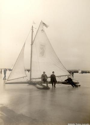 Isjaktstävling på Hjälmaren. Året var 1900.