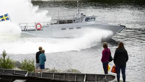 I hög fart kom hemvärnets stridsbåt 90 tillbaka på Åstödagen och körde så skummet yrde ända upp land.