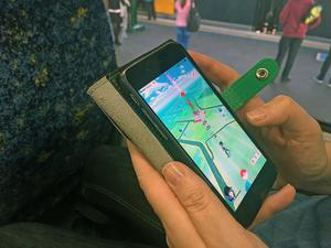 En person spelar succéspelet Pokémon Go.